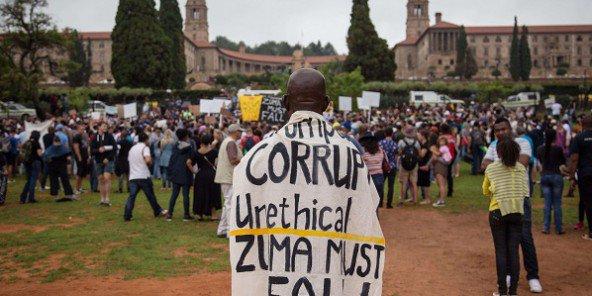 En décembre 2015, des manifestants sud-africains demandaient la démission de Jacob Zuma, englué dans des scandales de corruption. © Jacques Nelles/AP/SIPA