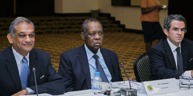 Le président de la CAF Issa Hayatou entouré du vice-président Suketu Patel et du secrétaire général Hicham El Amrani à Kigali, le 5 février 2016 afp.com/CYRIL NDEGEYA
