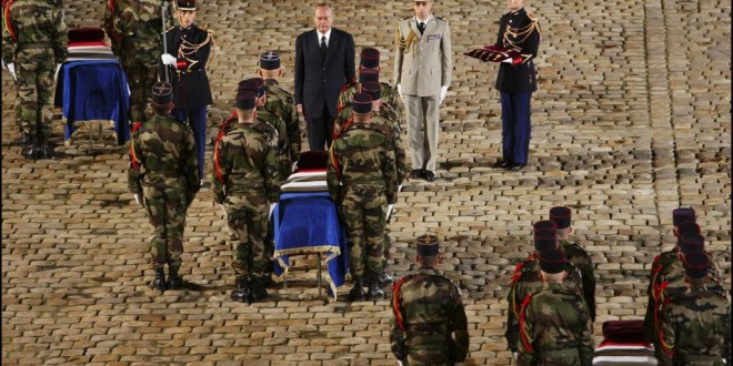 Le 10 novembre 2004, aux Invalides, l'hommage national aux neuf soldats tués dans le camp de Bouaké en Côte d'Ivoire. © Gilles Bassignac/Getty Images