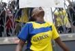 1er septembre 2016. À la suite de la proclamation des résultats par la Cenap le 31 août 2016, une étudiante gabonaise manifeste sa colère et son désarroi devant l'ambassade du Gabon à Rabat, au Maroc. © AFP PHOTO / FADEL SENNA