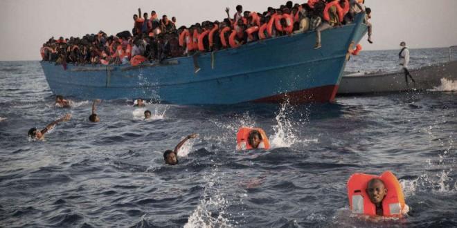 Des migrants, la plupart d'Érythrée, sautent à l'eau pour être secourus par des ONG alors que leur embarcation bondée se trouve en difficulté, en Méditerranée, au nord de Sabratha, Libye, le 29 août 2016.