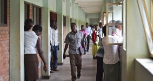 Des étudiants dans les couloirs de l'Université du Burundi (photo d'illustration). © AFP PHOTO/Carl DE SOUZA