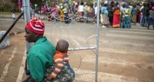 Une femme dans un camp de réfugiés proche de Johannesbourg, en avril 2015. Des vagues de violences xénophobes ont secoué l'Afrique du Sud régulièrement l'année dernière, et se poursuivent aujourd'hui en toute impunité. © MUJAHID SAFODIEN / AFP