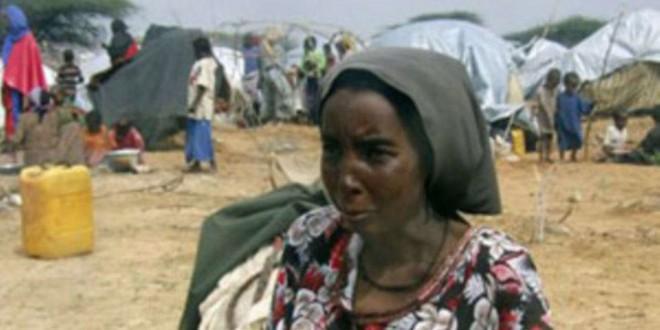Une femme et son bébé, près d'un camp de Mogadiscio, en Somalie, durant l'été 2011