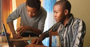 Collins Nji, tout juste 18 ans, premier Africain lauréat du concours Google Code et son mentor Wisdom, qui lui a appris à coder. CRÉDITS : JOSIANE KOUAGHEU