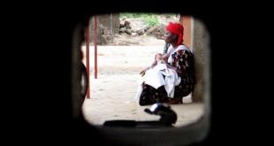 Une femme est assis dans l'enceinte d'une clinique à Bujumbura, au Burundi, le 18 avril 2006.