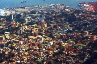 En Guinée, dans les rues de Conakry, les poteaux électriques sont désormais coiffés de coffrets qui relient les habitations à l'électricité. © (CC)