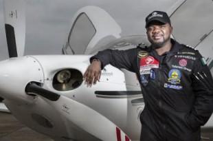 """Ademilola Odujinrin, dit """"Lola"""", premier pilote africain à avoir réalisé le tour du monde en avion, le 29 mars 2017 à Washington. © Transcend Project / CC"""