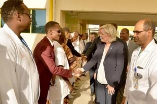 Lors de sa visite au Tchad, Marine Le Pen s'est rendue dans un hôpital pour femmes et enfants à Ndjamena, le 22 mars 2017. © BRAHIM ADJI / AFP