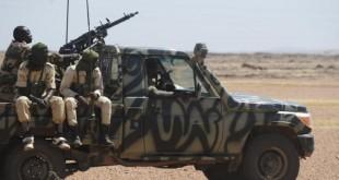 Des soldats nigériens patrouillent entre Agadez et Arlit © ISSOUF SANOGO / AFP