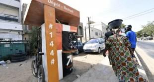 Une borne «Orange Money» à Ouakam, dans la banlieue de Dakar au Sénégal permet le transfert d'argent par téléphone entre la France et le Sénégal. © ©AFP/SEYLLOU