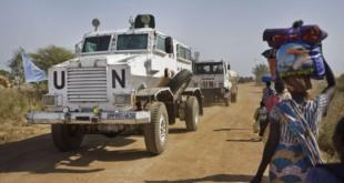 Un convoi des Nations Unies sur une route au Soudan du Sud en décembre 2013. © Ben Curtis/AP/SIPA