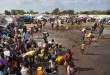Des déplacés s'assemblent autour d'un camion-citerne de distribution d'eau dans un camp de à Juba, Soudan du Sud, 29 décembre 2013.