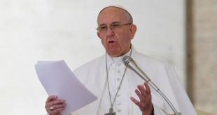 Le pape François s'adresse à la foule lors de la prière de Regina Coeli au Vatican, le 30 avril 2017