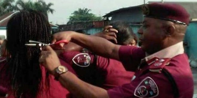 Un agent coupe les cheveux de ses collègues dans l'Etat du River.