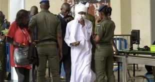 Arrivée du public au procès Hissène Habré à Dakar. Reconnu coupable de crimes de guerre, tortures et crimes contre l'humanité lors de ses années au pouvoir, l'ex-mâitre du Tchad a été condamné le 30 mai 2016 à la réclusion à perpétuité. © AFP/SeyllouOU