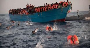 Des migrants pendant une opération de sauvetage en Méditerranée, nord de Sabratha, Libye, le 29 août 2016.(AP Photo/Emilio Morenatti)