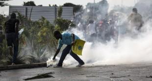 Affrontements à Libreville entre partisans d'Ali Bongo Ondimba, réélu président, et ceux de Jean Ping, candidat à l'élection arrivé deuxième, le 31 août 2016. © AFP/Marco Longari