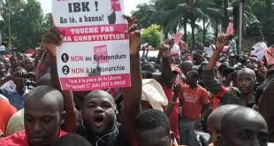 Manifestation d'opposants à la réforme de la Constitution le 17 juin à Bamako. Le slogan «Touche pas à ma constitution» a été décliné en tee-shirts et en chanson avec Master Soumy. © Habibou KOUYATE/AFP