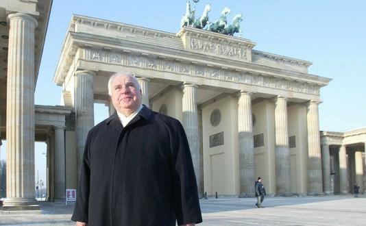 L'ancien chancelier allemand Helmut Kohl devant la porte de Brandebourg, à Berlin, le 8 janvier 2003. JAND BAUER / AP
