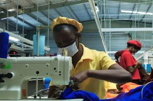 Le gouvernement rwandais a augmenté les taxes sur les importations de tissus d'occasion pour stimuler la production locale. © T. Kisambira