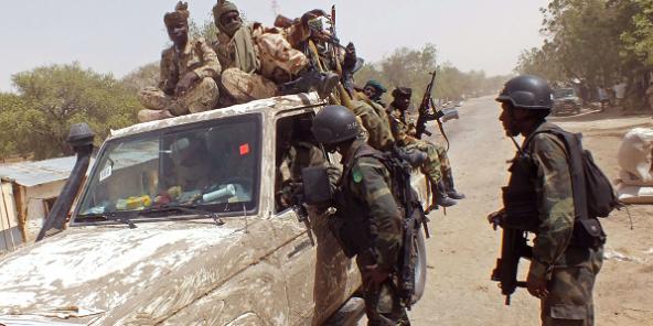 Des membres de la coalition régionale contre Boko Haram près de la ville de Fotokol, dans l'extrême nord du Cameroun, le 19 février 2015. © Edwin Kindzeka Moki/AP/SIPA