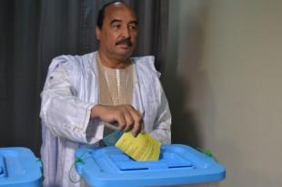 Mohamed Ould Abdel Aziz, le président mauritanien, vote à Nouakchott lors du référendum constitutionnel, le 5 août 2017. © STR / AFP