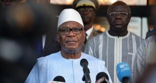 Le président Ibrahim Boubacar Keïta (ici le 15 août 2017 à son arrivée à Ouagadougou après l'attentat au restaurant Aziz-Istanbul) a décidé de surseoir à l'organisation d'un référendum constitutionnel au Mali. Il l'a annoncé dans la nuit du 18 au 19 août. © Ahmed OUOBA / AFP