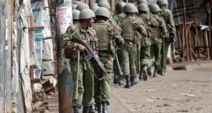 Des policiers kényans progressent dans les rues du bidonville de Kibera, à Nairobi, le 12 août 2017. © REUTERS/Goran Tomasevic