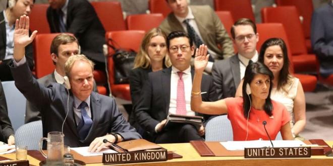 Matthew Rycroft et Nikki Haley, représentants permanents de la Grande Betagne et des Etats-Unis, votent au Conseil de sécurité pour les sanctions contre la Corée du Nord, le 5 août 2017, New York.
