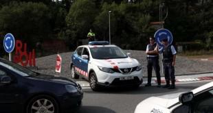 © REUTERS/Susana Vera Des barrages de police étaient toujours en place samedi en Catalogne, comme ici à Ripoll, après les attentats de la semaine.