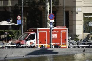Selon El Pais, l'homme a renversé des piétons sur La Rambla puis a quitté son véhicule à pied. / JOSEP LAGO/AFP