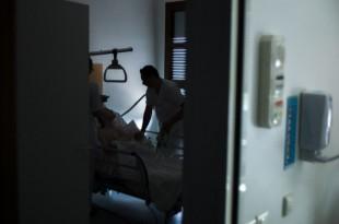 Un infirmer traite un patient dans un hôpital d'Argenteuil (image d'illustration) - FRED DUFOUR / AFP