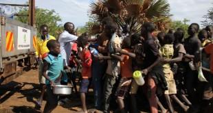 De nouveaux arrivants en provenance du Soudan du Sud se pressent devant un camion d'aide humanitaire dans le camp d'Imvepi, en Ouganda, le 28 mars 2017. © RFI / Gaël Grilhot