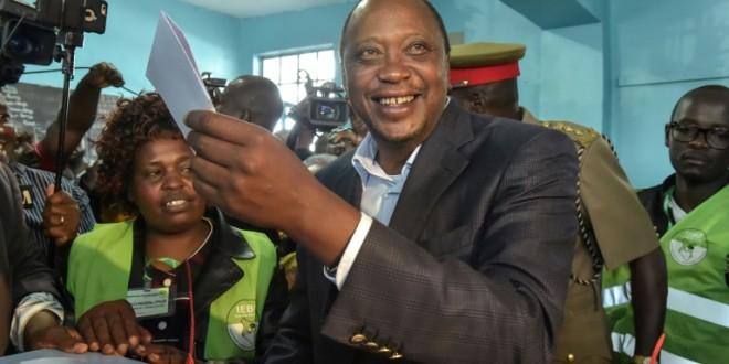 le-president-kenyan-uhuru-kenyatta-dans-un-bureau-de-vote-a-gatundu-le-8-aou