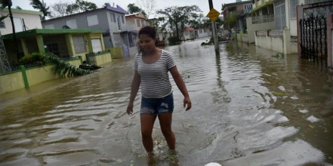 Une habitante du quartier de Puerto Nuevo, à San Juan,marche dans les rues inondées après le passage de l'ouragan Maria sur Porto Rico, le 20 septembre 2017