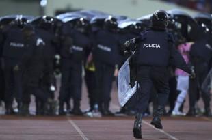 La police intervient dans un stade à Malabo, en Guinée équatoriale, le 5 février 2015.