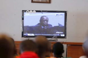 Les partisans de Laurent Gbagbo en train de suivre le procès en direct, le 28 janvier 2016, à Gagnoa en Côte d'Ivoire. Crédit photo : Tierry Gouegnon/Reuters