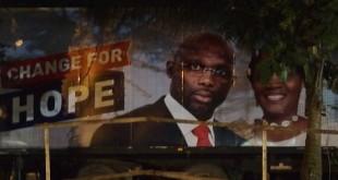L'affiche du candidat Weah en pleine nuit à Monrovia. © Cécile Brajeul