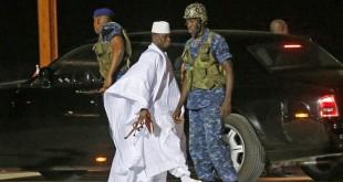 L'ancien président gambien, Yahya Jammeh à son arrivée à l'aéroport de Banjul avant de prendre son avion pour l'exil, le 21 janvier 2017. © ©Thierry Gouegnon/REUTERS