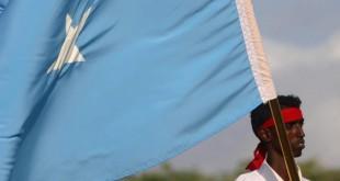 Un participant à une manifestation contre les shebabs porte le drapeau somalien, le 18 octobre 2017. © REUTERS/Feisal Omar