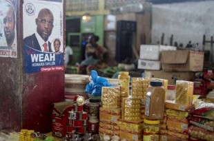 Le candidat George Weah doit affronter le vice-président sortant Joseph Boakaï au second tour de la présidentielle libérienne, le 7 novembre 2017. CRÉDITS : CRISTINA ALDEHUELA/AFP