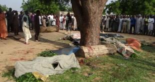Des habitants regroupés autour des corps de victimes après une attaque de Boko Haram dans un village au nord du Nigeria.( Photo d'archive)