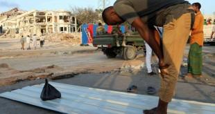 © REUTERS/Feisal Omar Mardi 17 octobre: recueillement sur le lieu de l'attentat au camion piégé samedi 14 octobre dans le centre de Mogadiscio.