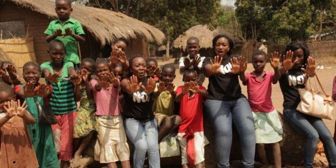 Des jeunes filles du Malawi protestent contre les abus subis par les enfants et les mariages de mineures. (L. Masina/VOA)