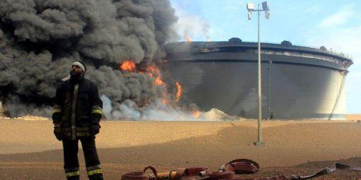 Un dépôt de pétrole en feu à Ras Lanouf en 2016  © STRINGER / AFP