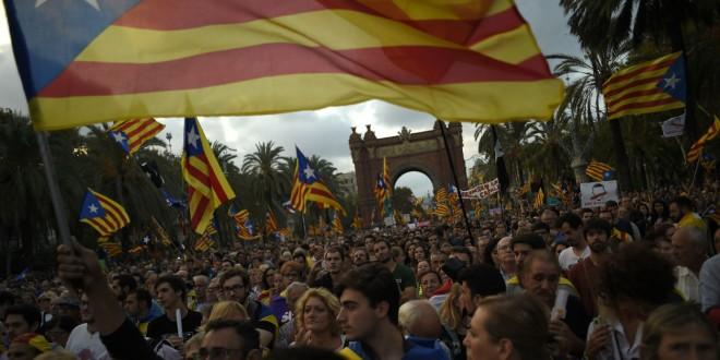 © Jorge Guerrero-AFP Des militants de l'indépendance de la Catalogne écoutent le discours de Carles Puigdemont le 10 octobre 2017