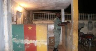 Un agent des forces de sécurité camerounaises monte la gardedevant la prison de Yaoundé, le 1er septembre 2017. © REUTERS/Stringer