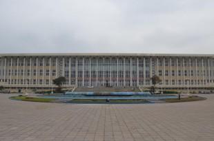 Le palais du Peuple, le Parlement congolais, où a eu lieu la réunion tripartite sur le processus électoral. © RFI/Habibou Bangré