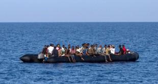 Des migrants attendent d'être secourus par les garde-côtes italiens, à 30 milles marins de la côte libyenne, le 6 août 2017. © ANGELOS TZORTZINIS / AFP